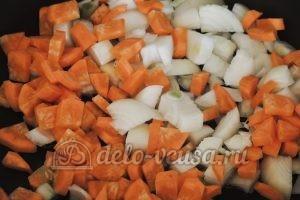 Стручковая фасоль с овощами: Обжарить лук и морковь