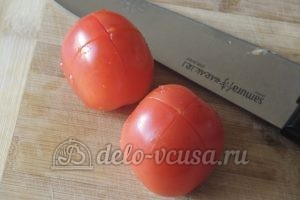 Стручковая фасоль с овощами: Надрезать помидоры