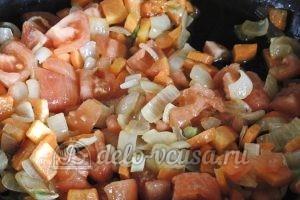 Стручковая фасоль с овощами: Помидоры отправить в сковородку