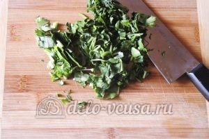 Стручковая фасоль с овощами: Измельчить зелень и чеснок