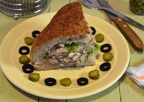 Фаршированный хлеб с рыбными консервами