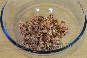 Фаршированный хлеб с рыбными консервами: Размять консервы
