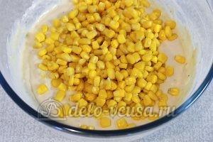 Маффины с кукурузой и зеленью: Добавить кукурузу