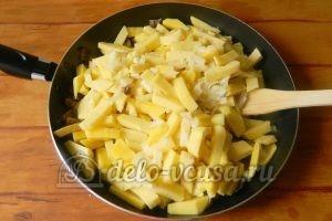 Жареная картошка с шампиньонами: Добавить репчатый лук