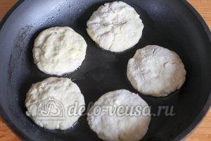 Сырники с бананом: Кладем сырники на разогретую сковородку