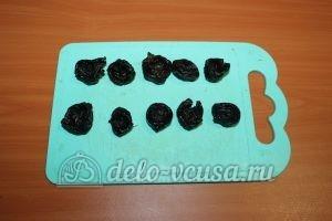 Чернослив с орехами и сгущенкой: В черносливе сделать отверстие