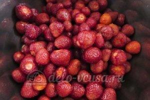 Джем из клубники: Кладем ягоды в подходящую емкость