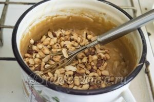 Карамельные конфеты с арахисом: Добавить орехи и масло