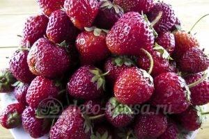 Клубника перетертая с сахаром: Перебрать ягоды