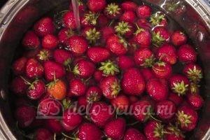 Клубника перетертая с сахаром: Вымыть ягоды