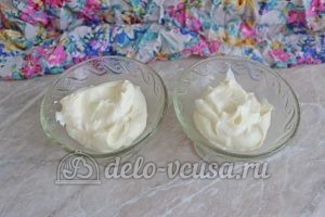 Клубника со взбитыми сливками: Кладем сливки в креманки