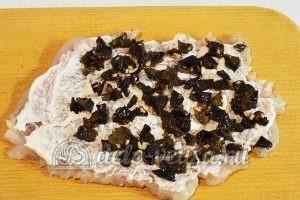 Куриный рулет с черносливом: Кладем начинку на мясо