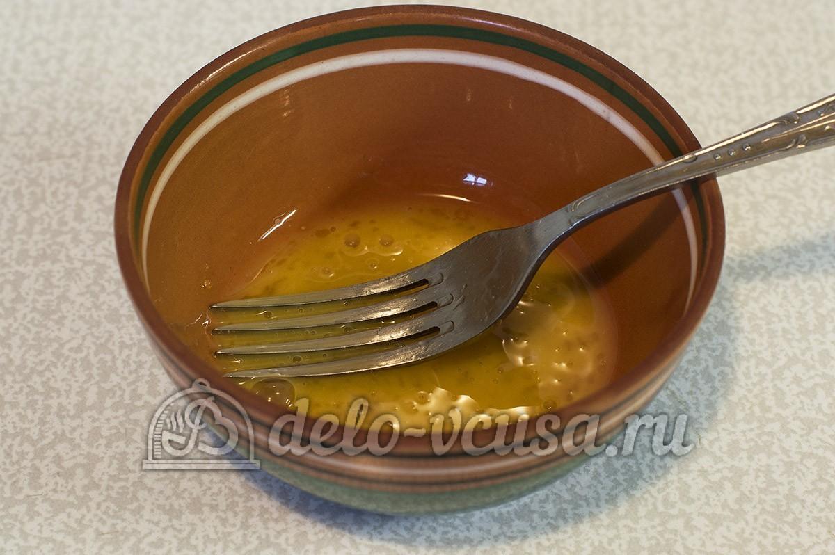 Куриный рулет с омлетом: Взбить яйцо