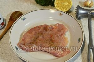 Куриный рулет с сыром и чесноком: Натираем филе солью и лимонным соком