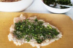 Куриный рулет с зеленью: Кладем начинку на каждое филе