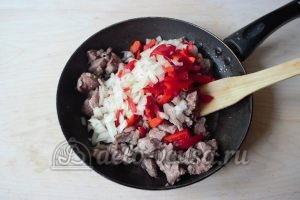 Суп-лапша с мясом: Добавить лук и перец к мясу