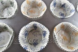 Маффины с клубникой: Смазать формочки