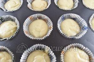 Маффины с клубникой: Наливаем тесто