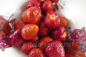 Маффины с клубникой: Подготовить ягоду