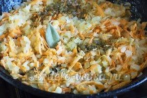 Макароны с овощами и грибами: Добавляем натертую морковь, соль, приправу и лавровый лист
