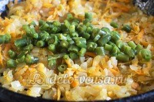 Макароны с овощами и грибами: Отправляем на сковороду порезанную стручковую фасоль