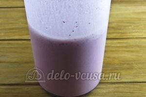 Молочный коктейль с клубникой и мороженым: Взбить блендером