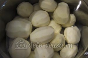 Молодая картошка с луком: Чистим картошку