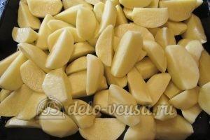 Молодая картошка с луком: Кладем в противень