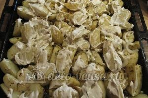 Молодая картошка с луком: Смазать майонезом