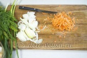 Молодая картошка с курицей: Порезать лук и морковь