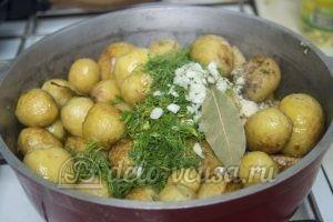 Молодая картошка с курицей: Все сложить в казанок