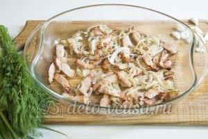Молодая картошка с салом: Кладем грудинку в форму