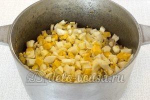 Пирожки с капустой и яйцом в духовке: Добавить вареные яйца