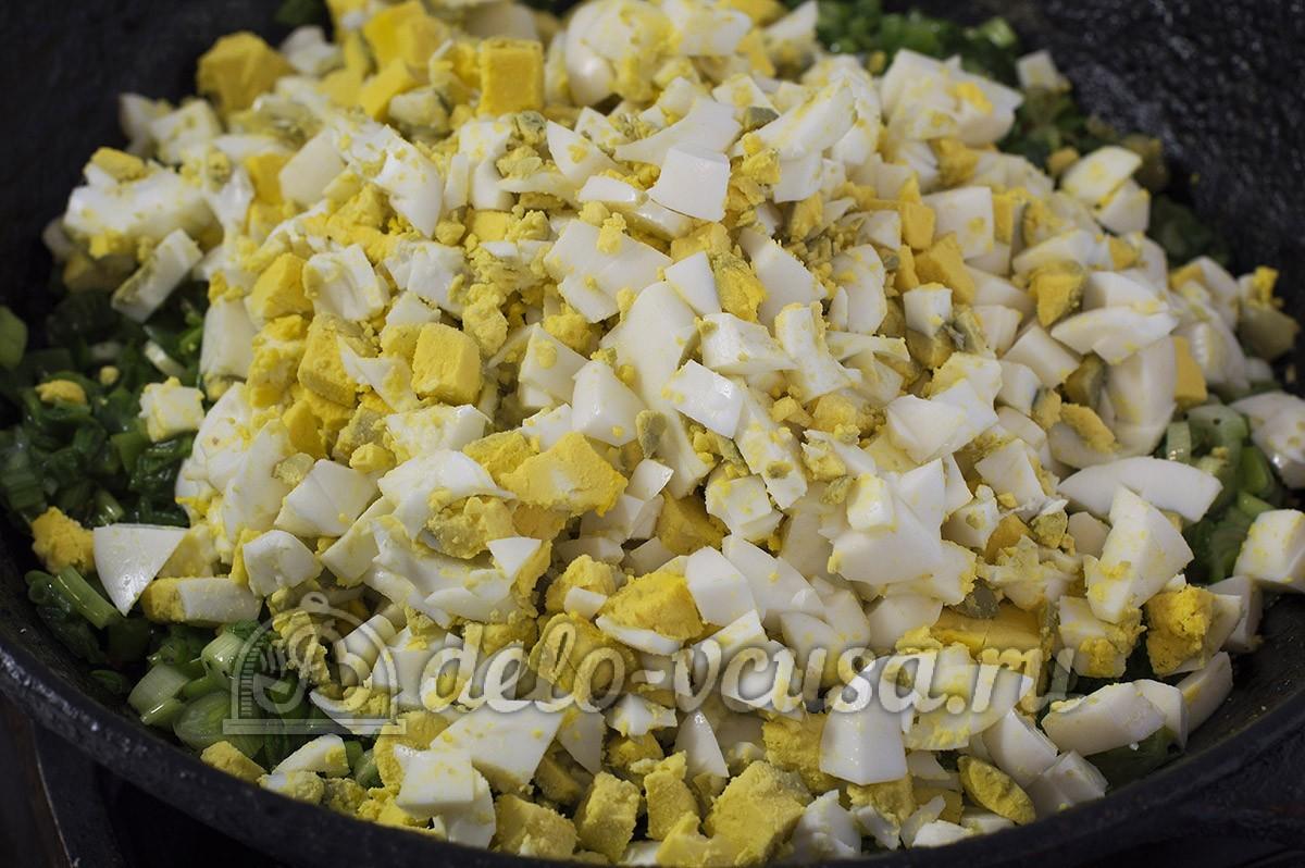 Пирожки с яйцом и луком в духовке: Добавить к яйцам лук