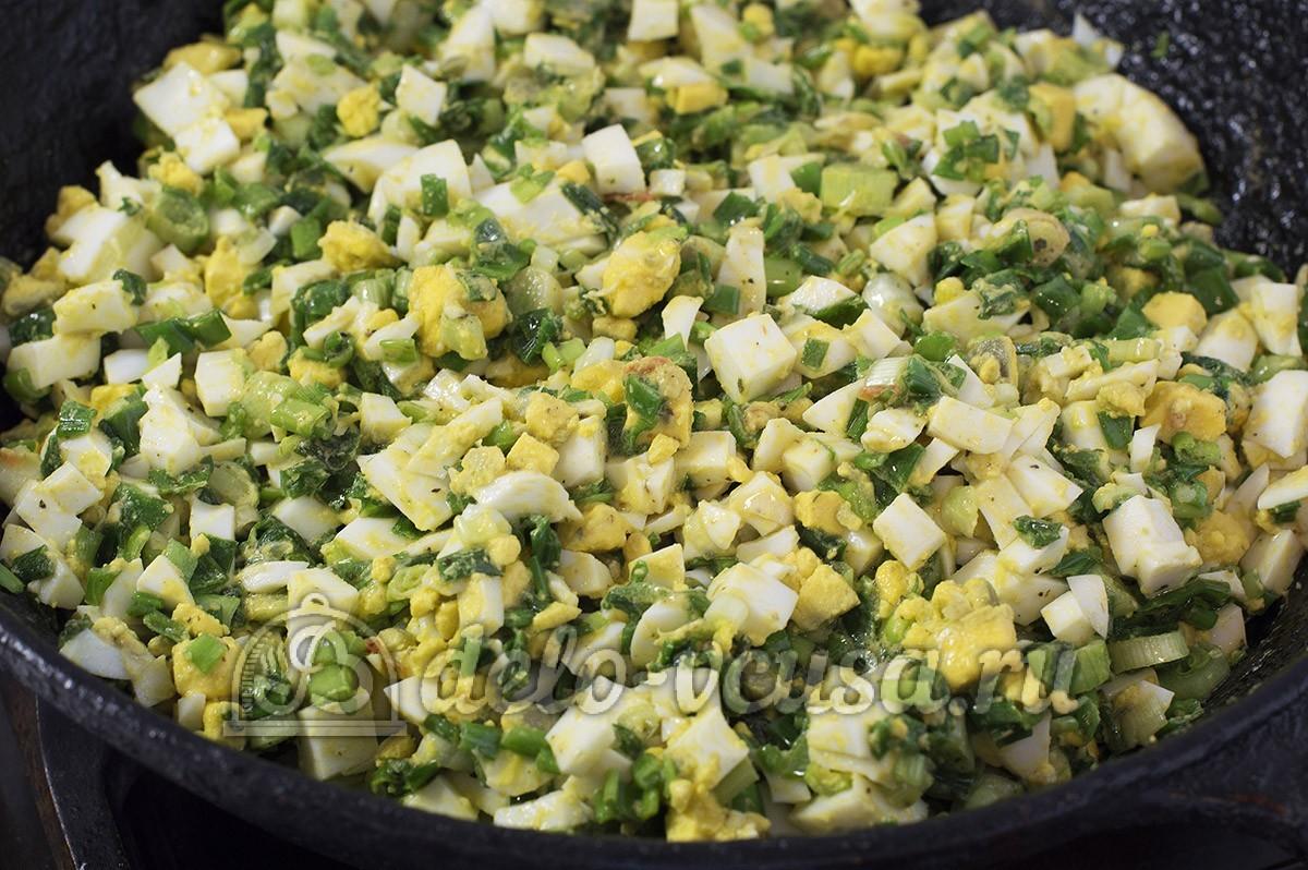 Пирожки с яйцом и луком в духовке: Слегка протушить начинку