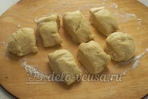 Пирожки с яйцом и луком в духовке: Разделить тесто на равные части