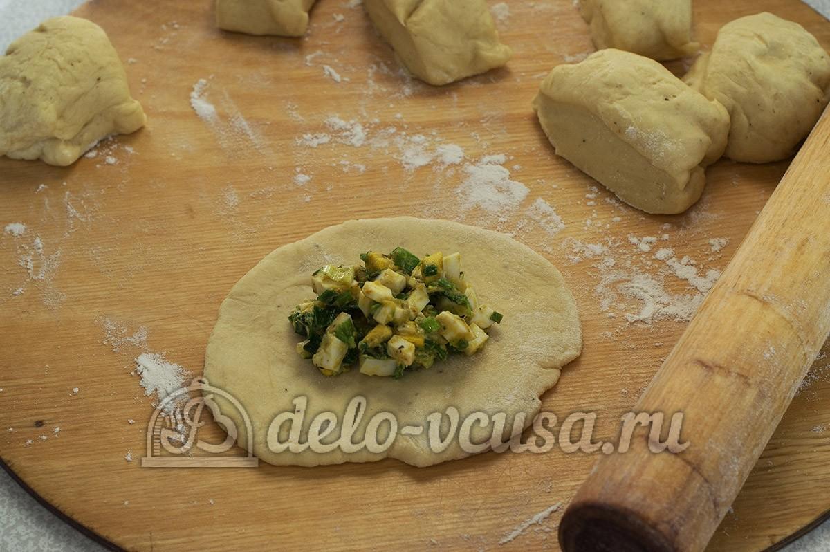 Пирожки с яйцом и луком в духовке: Раскатать лепешки