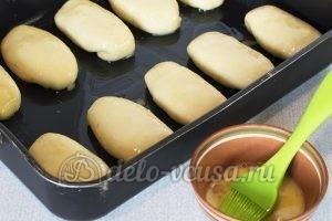 Пирожки с яйцом и луком в духовке: Смазать яйцом