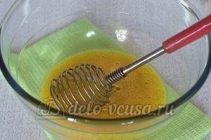 Пирожки с яйцом и луком в духовке: Взбить яйца с солью