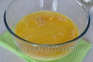 Пирожки с яйцом и луком в духовке: Добавить простоквашу и масло