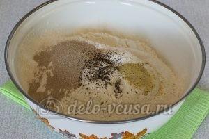 Пирожки с яйцом и луком в духовке: Добавить муку и дрожжи