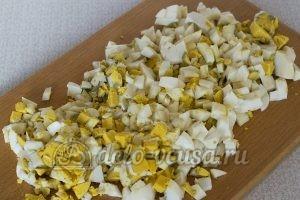 Пирожки с яйцом и луком в духовке: Яйца порезать