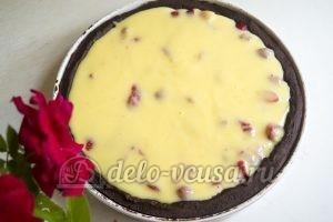 Пирог с клубникой и заварным кремом: Корж залить кремом