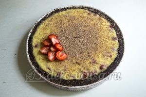 Пирог с клубникой и заварным кремом: Украсить по вкусу