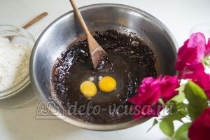 Пирог с клубникой и заварным кремом: Добавить какао и яйца