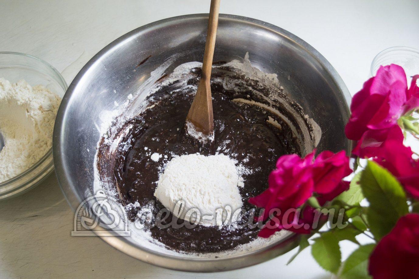 Пирог с клубникой и заварным кремом: Добавить муку