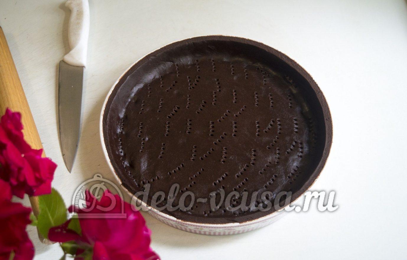 Пирог с клубникой и заварным кремом: Разровнять тесто в форме