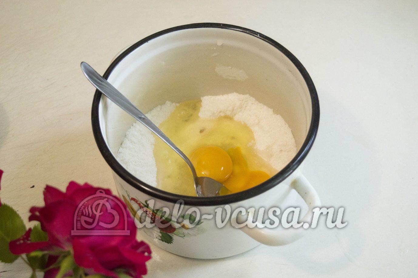 Пирог с клубникой и заварным кремом: Растереть яйцо с крахмалом и сахаром