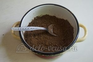 Шоколадный торт с черникой: Варим глазурь