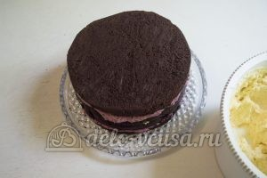 Шоколадный торт с черникой: Формируем торт